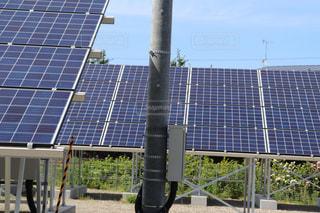 電柱とソーラーパネルの写真・画像素材[2274665]