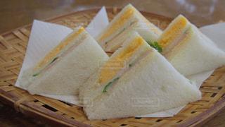 テーブルの上の食べ物のかけらの写真・画像素材[1229958]