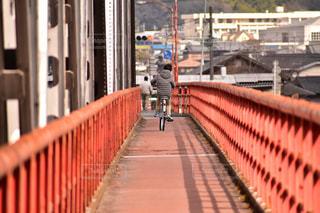 歩道に大きな長い列車の写真・画像素材[1807535]