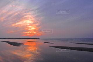 水の体に沈む夕日の写真・画像素材[2097289]