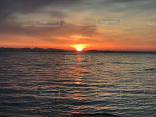 水平線からの朝日の写真・画像素材[2092558]