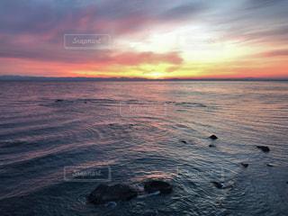 水平線からの日出の写真・画像素材[2092559]