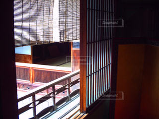 大きな窓のある部屋の写真・画像素材[2099168]