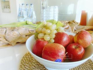 皿の上の果物のボウルの写真・画像素材[2128753]
