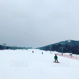 雪に覆われた斜面の上にスキーに乗っている人々のグループの写真・画像素材[2091121]