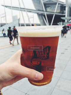 ビールのカップを保持している人の写真・画像素材[882214]