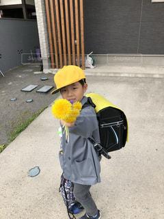 黄色い帽子をかぶった少年の写真・画像素材[2107129]