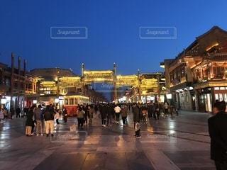 通りを歩いている人々のグループの写真・画像素材[2114471]
