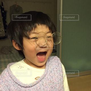 驚いてメガネが飛んだ子供の写真・画像素材[2092973]