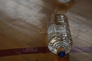 体育館の床に転がるペットボトルの写真・画像素材[2093925]