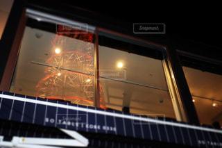 ガラス越しのポートタワーの写真・画像素材[2093732]