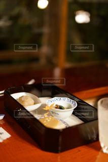 木製のテーブルの上に座っているコーヒー1杯の写真・画像素材[2442776]