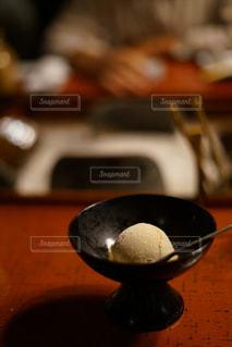 テーブルの上のボウルのクローズアップの写真・画像素材[2442778]