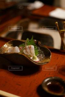 フォークとナイフを持つ皿の写真・画像素材[2442779]