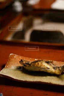 木製のまな板の上に座っているピザの写真・画像素材[2442782]