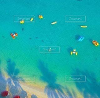 夏のリゾート カラフルな海の写真・画像素材[79386]