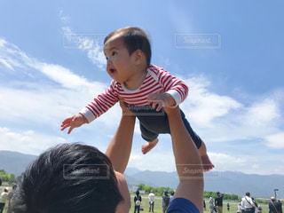 凧を飛ばす少年の写真・画像素材[2210650]
