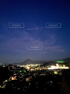 街明かりに照らされた夜空の写真・画像素材[2771646]