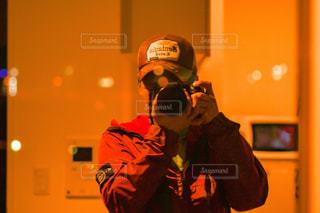 ガラスに反射する男の写真・画像素材[2950196]