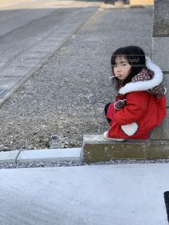 座っている小さな女の子の写真・画像素材[2274513]