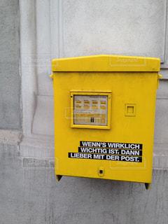 ヨーロッパの黄色のポストの写真・画像素材[2095805]