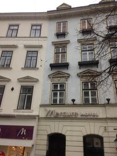 多くの窓がある大きな古い建物の写真・画像素材[2099041]
