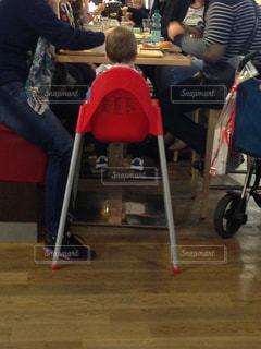 テーブルに座っている人々のグループの写真・画像素材[2099042]