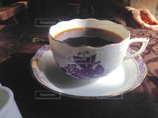 テーブルの上のコーヒー1杯の写真・画像素材[2106666]