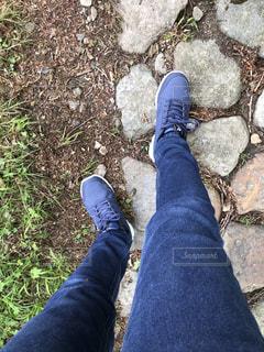 青と黒の靴を履いた足のクローズアップの写真・画像素材[2221393]