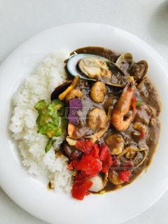 米肉と野菜をトッピングした白い皿の写真・画像素材[2328191]