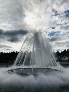 曇りの日に噴水の写真・画像素材[2373476]