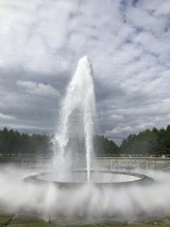 煙が出てくる水の泉の写真・画像素材[2377526]