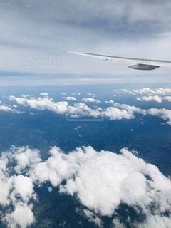 空を飛んでいる飛行機の写真・画像素材[3349453]