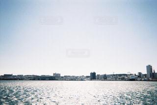 都市を背景にした大きな水域の写真・画像素材[2266217]