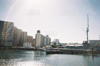 都市を背景にした大きな水域の写真・画像素材[2266221]