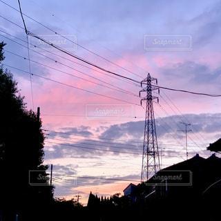 信号の隣のクレーンの写真・画像素材[2266456]