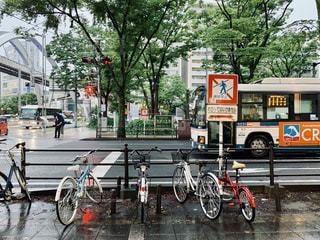 通りの脇に駐車した自転車の写真・画像素材[2266458]