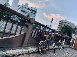 建物の脇に駐車した自転車の写真・画像素材[2266481]