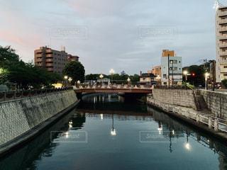 水域にかかる長い橋の写真・画像素材[2266516]
