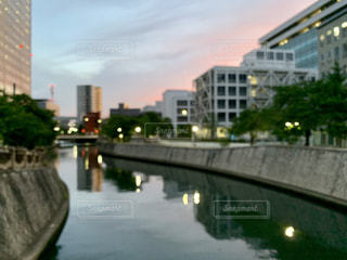 水域を渡る橋を渡る列車の写真・画像素材[2266517]