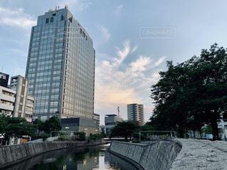 都市の川に架かる橋の写真・画像素材[2266521]
