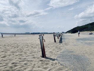 砂浜の上に立つ人々のグループの写真・画像素材[2267481]