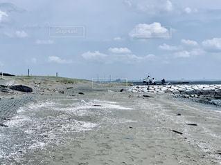 砂浜の上に立つ人々のグループの写真・画像素材[2268922]