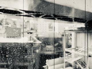雨の中の建物の写真・画像素材[2268924]