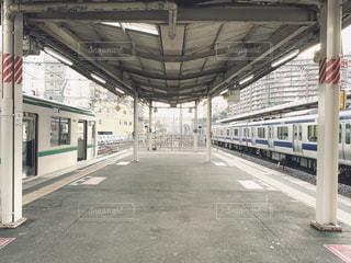 駅に引っ張り込む列車の写真・画像素材[2269139]