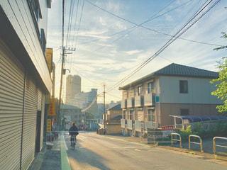 建物の側面に焦点を当てたストリートシーンの写真・画像素材[2278056]