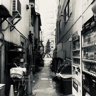 街の通りの白黒写真の写真・画像素材[2278826]