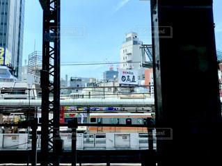 列車は建物の側面に停車するの写真・画像素材[2278838]