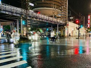 雨の中を歩く人々のグループの写真・画像素材[2314205]