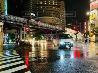 雨の中でにぎやかな通りのクローズアップの写真・画像素材[2314206]